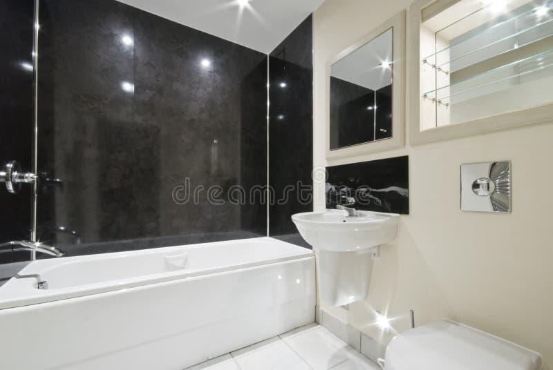 Badezimmer mit schwarzen Steinfliesen stockfotografie