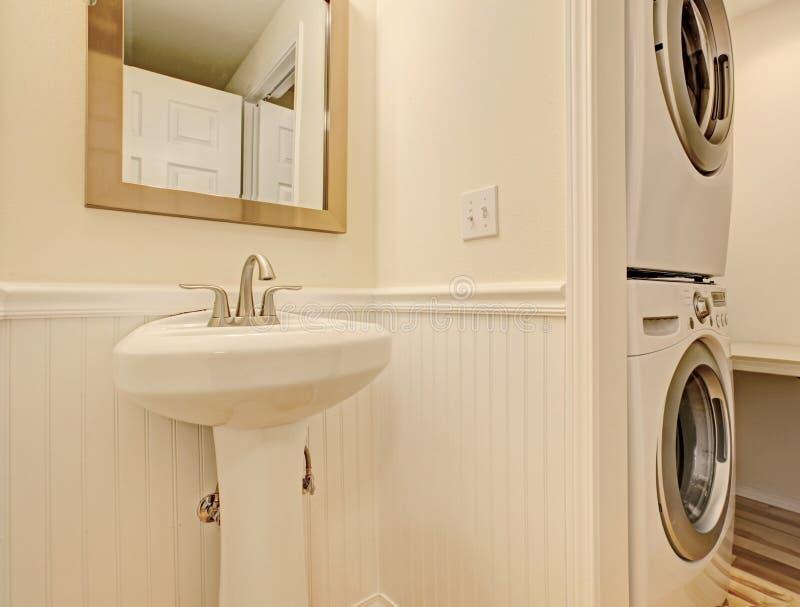 badezimmer mit waschmaschine und trockner stockbild bild von w scherei projekt 42272195. Black Bedroom Furniture Sets. Home Design Ideas