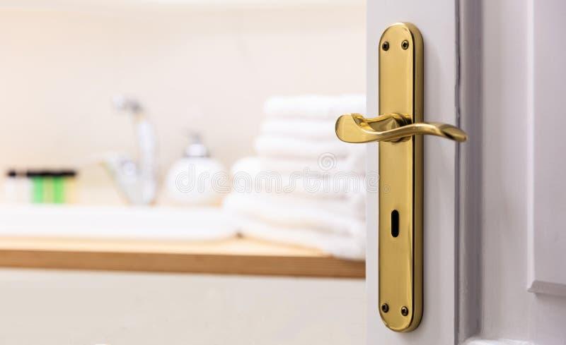 Badezimmer von der offenen Tür Verwischen Sie weiße Tücher, Seife nahe bei der Wanne Schließen Sie oben, Unschärfehintergrund, De lizenzfreie stockfotos
