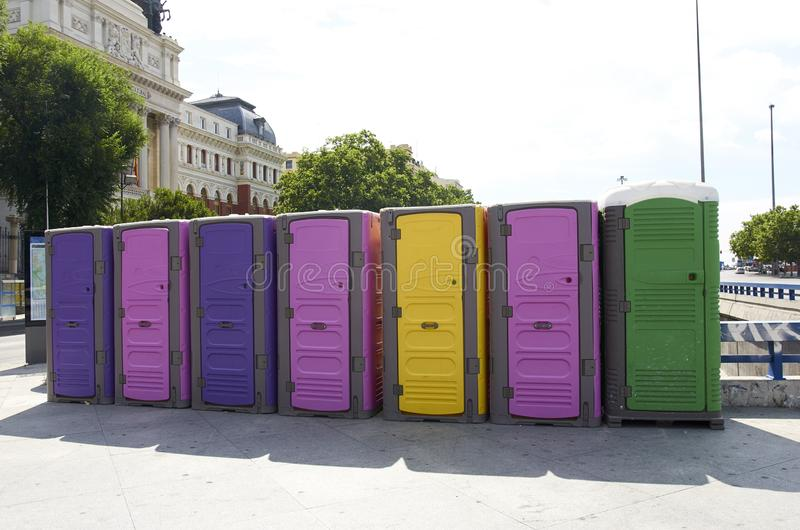 Badezimmer von Farben verziert mit der Regenbogenflagge des Weltstolzes 2018, Madrid, Spanien lizenzfreie stockfotos