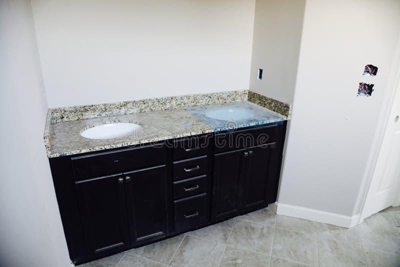 Badezimmer-Wanne im Granit installieren stockbild