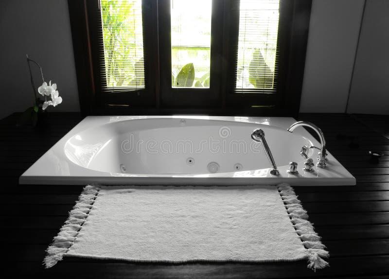 Badezimmerbadewanne, luxuriöser Innenraum lizenzfreies stockfoto