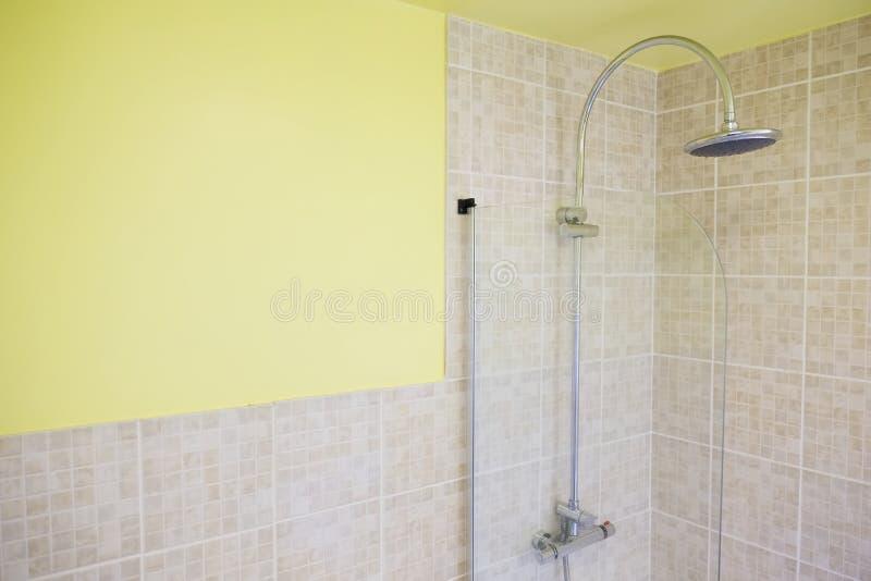 Badezimmerdeckt neutrale Wand des Innenduschregenkopf-Gelbs Haupthaus mit Ziegeln stockfotografie