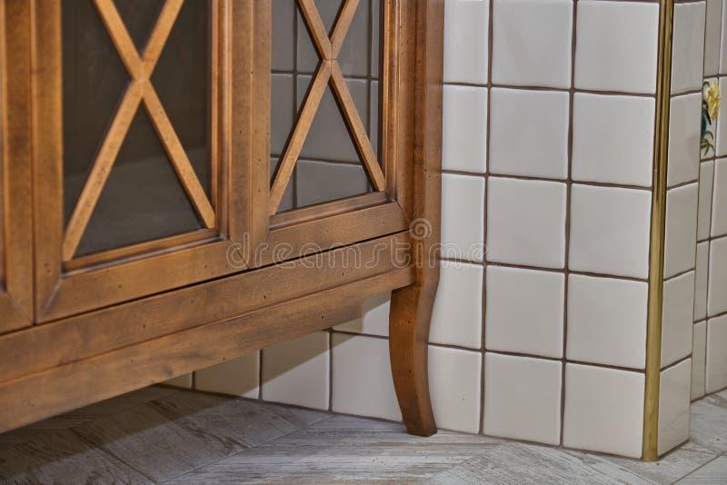 Badezimmereitelkeitskabinett mit Acrylcountertop im Luxusbadezimmer Landhausstil Detailmöbel lizenzfreie stockfotografie