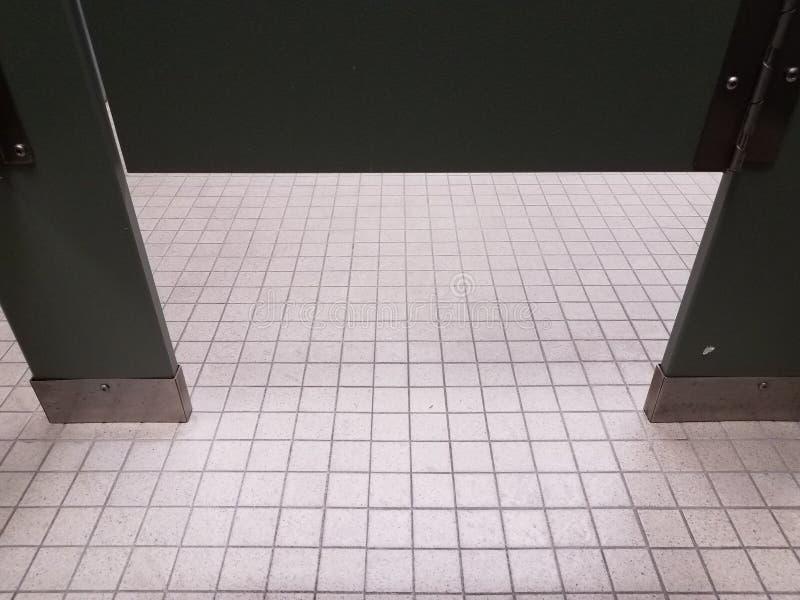 Badezimmerfliesen und Badezimmer- oder Toilettenstalltür stockbild