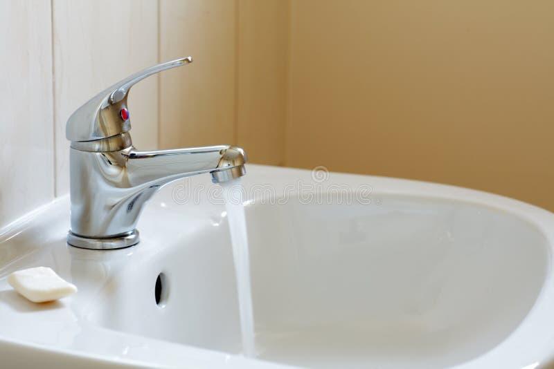 Badezimmerinnenraum - Mischerhahn stockbilder