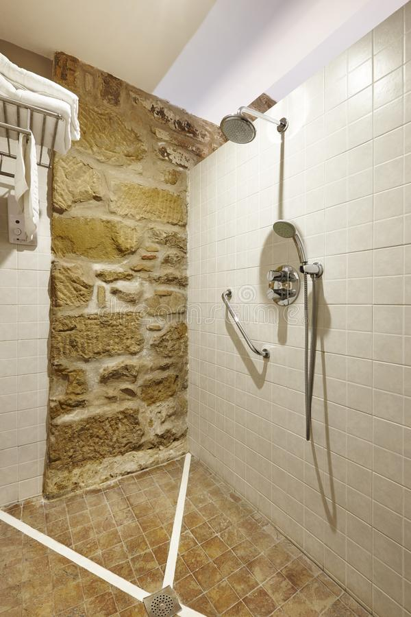 Badezimmerinnenraum mit der Dusche gemacht vom Stein und von den Fliesen Architektur stockbild