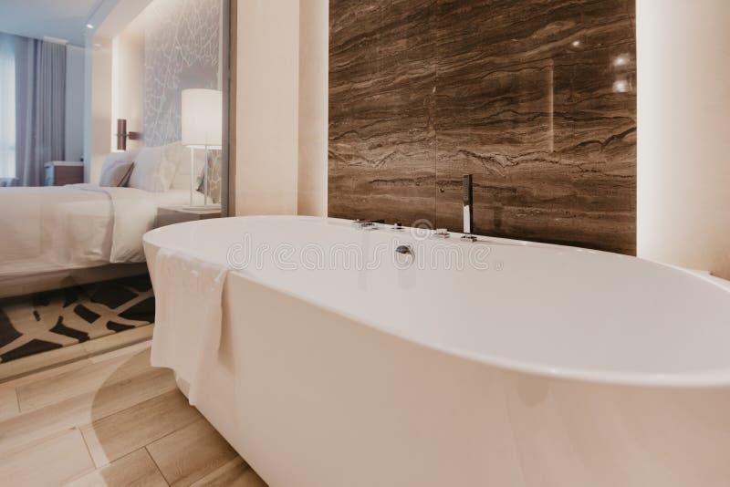 Badezimmerinnenraum mit einem Hahn stockfoto