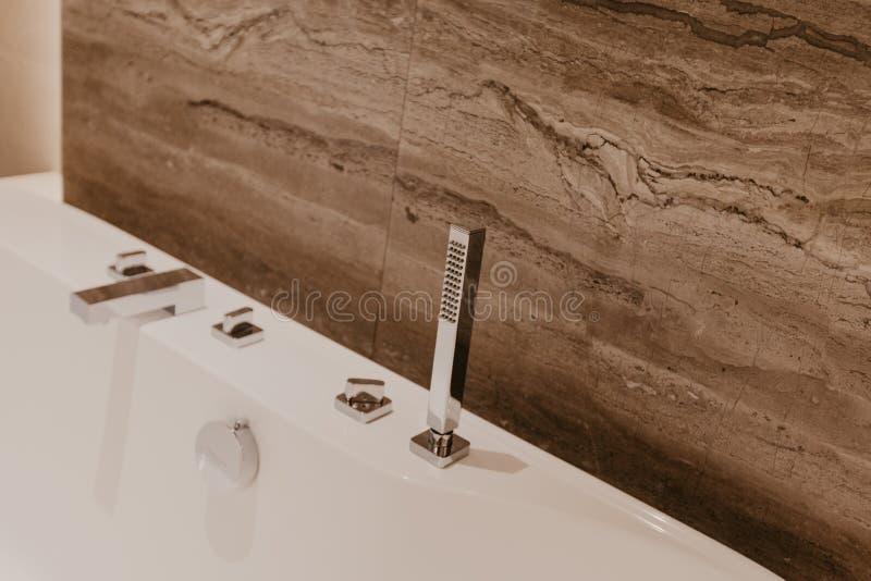 Badezimmerinnenraum mit einem Hahn lizenzfreies stockfoto