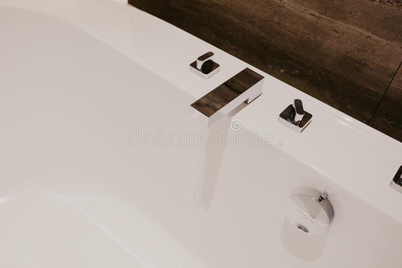 Badezimmerinnenraum mit einem Hahn lizenzfreie stockfotografie