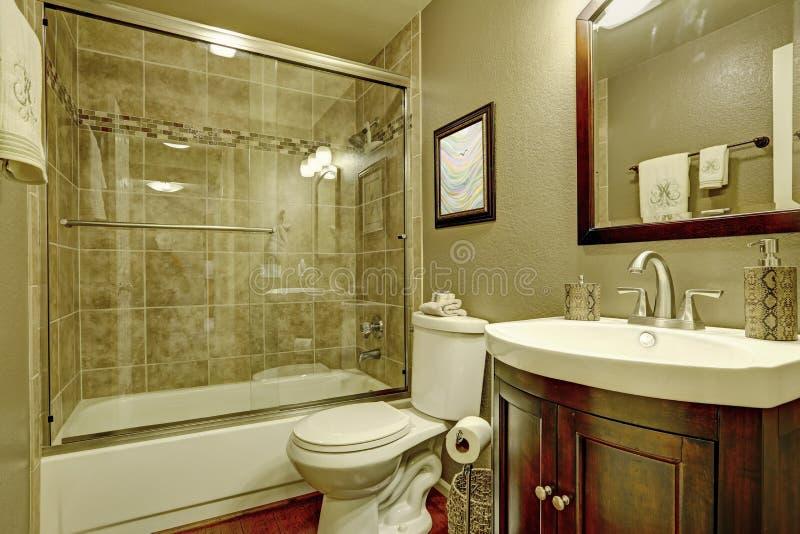 Badezimmerinnenraum mit Glasdusche stockfotografie