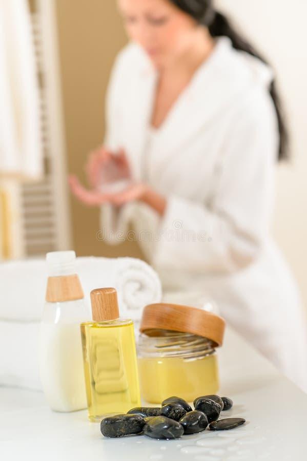 Download Badezimmerkarosseriensorgfaltprodukt- Und -tuchnahaufnahme Stockfoto - Bild von nahaufnahme, zuhause: 26352990