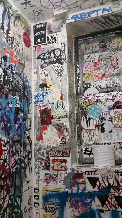 Badezimmerkunst im nyc stockfotos