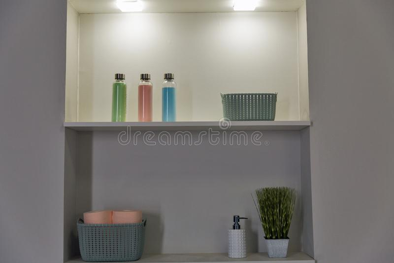 Badezimmerregal mit Zusätzen lizenzfreie stockbilder