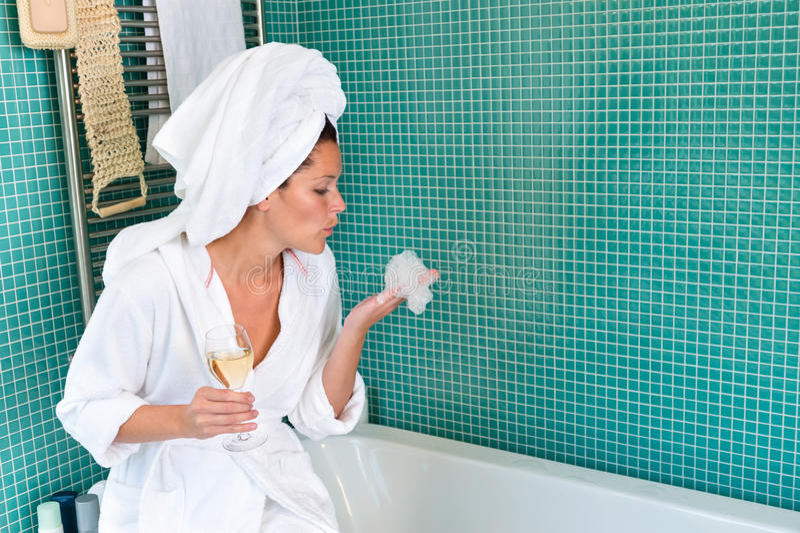 Badezimmerschaumgummi-Badewannenwein der jungen Frau entspannender stockbilder