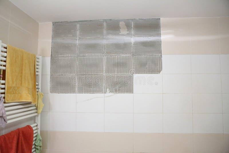 Badezimmerwand Mit Gebrochenen Weißen Und Beige Fliesen Stockbild ...