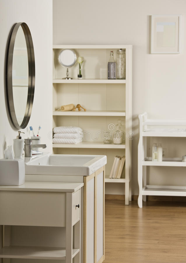Badezimmerwanne und -spiegel stockfoto