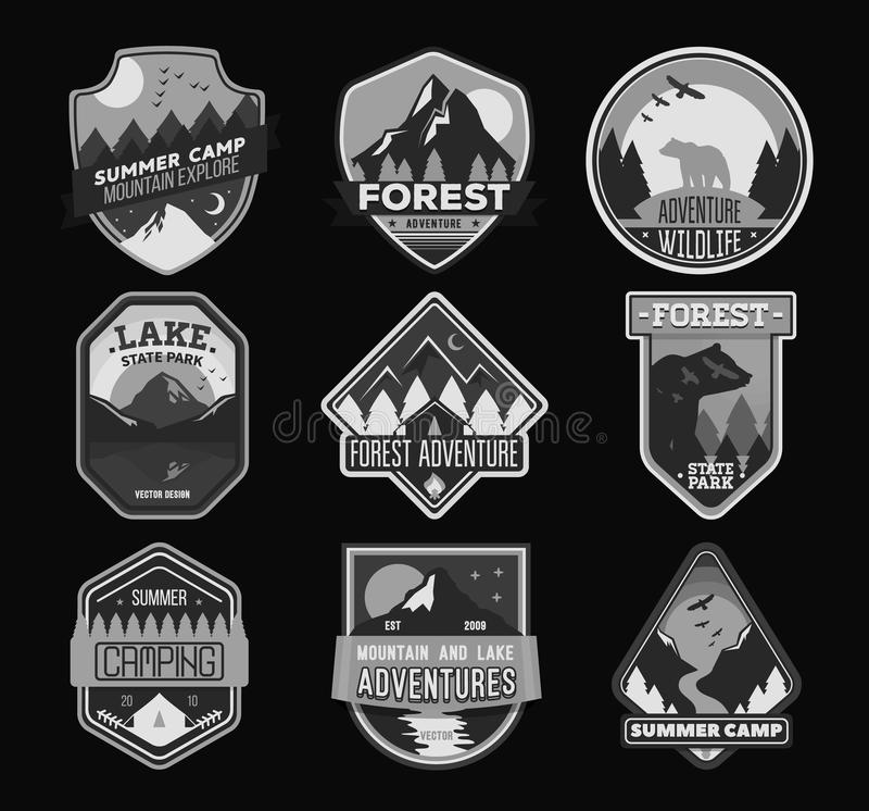 Badge para el bosque que acampa, campo de la exploración, club de deporte extremo del turismo Etiqueta engomada salvaje del viaje stock de ilustración