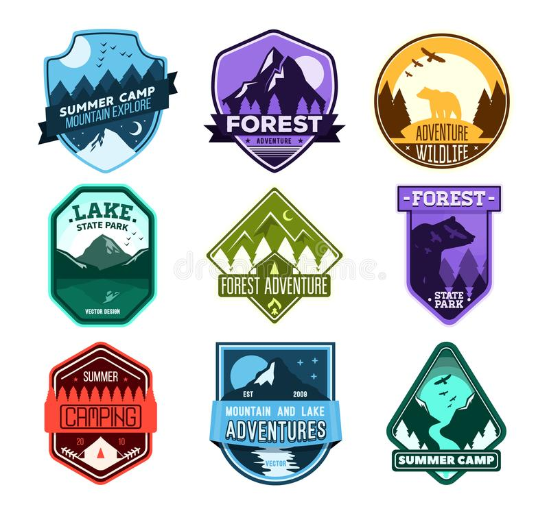 Badge pour le camping de forêt, camp d'exploration, club de sport extrême de tourisme Autocollant sauvage de voyage illustration de vecteur