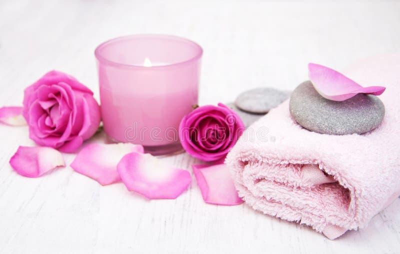 Badhanddoeken, kaars en zeep met roze rozen royalty-vrije stock foto