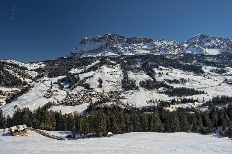 Badia Dolomites-stads luchtmening stock foto