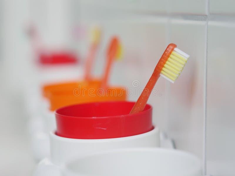 Badine des tasses de brosses à dents photographie stock