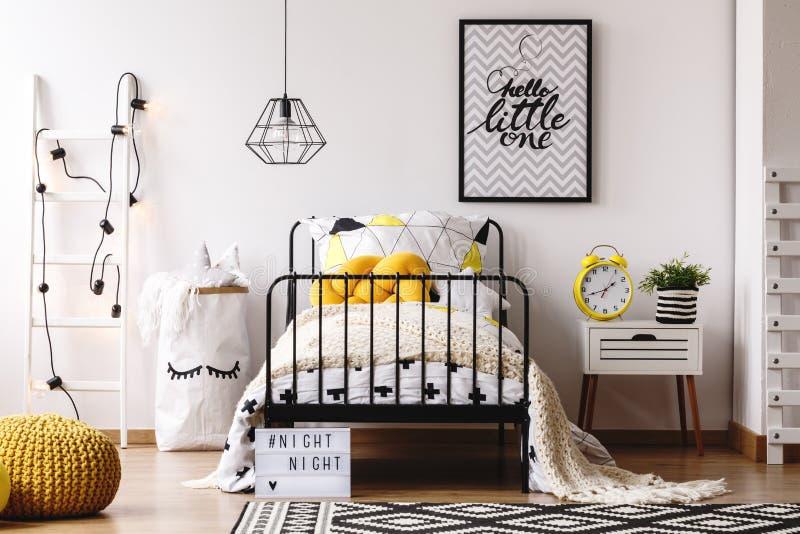 Badine la chambre à coucher avec la rétro horloge photographie stock