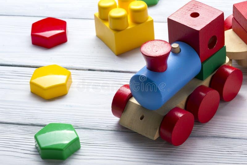 Badine le cadre se développant éducatif de jouets sur le fond blanc Vue supérieure Configuration plate Copiez l'espace pour le te photo libre de droits