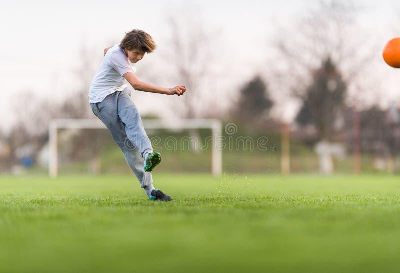 Badine le football du football - joueur d'enfants sur le terrain de football image stock