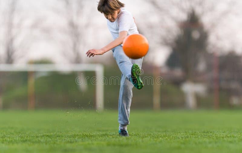 Badine le football du football - joueur d'enfants sur le terrain de football photo stock