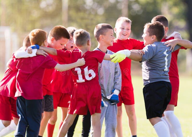 Badine le football du football - joueurs d'enfants célébrant après victo photos stock