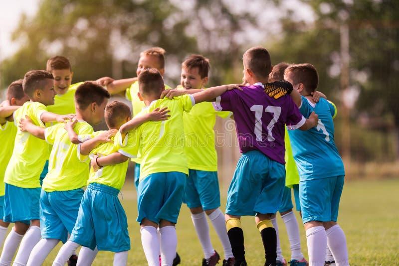 Badine le football du football - joueurs d'enfants célébrant après victo photo libre de droits
