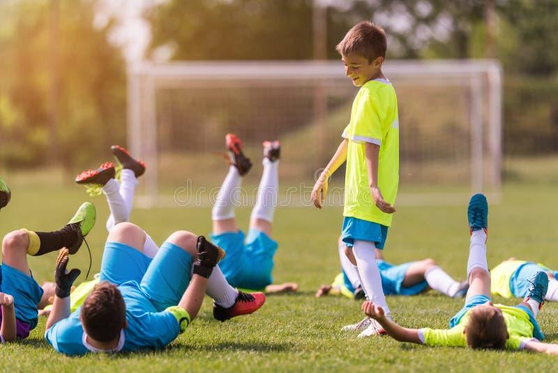 Badine le football du football - joueurs d'enfants célébrant après victo image libre de droits