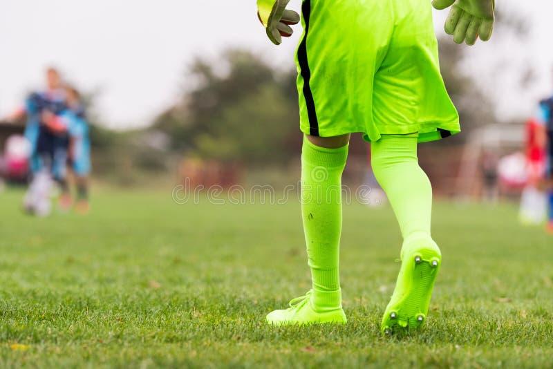 Badine le football du football - petit gardien de but dans le jer vert de gardien de but images stock