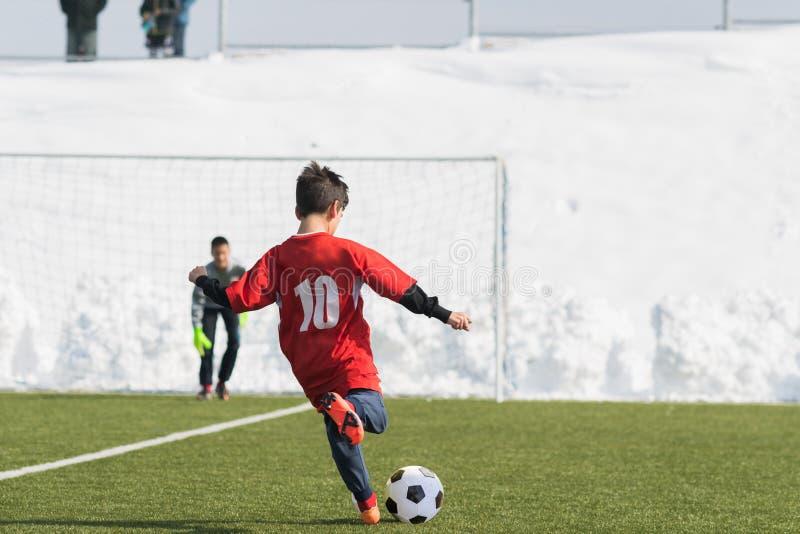 Badine le tournoi du football du football - les joueurs d'enfants sont assortis sur le socc images stock
