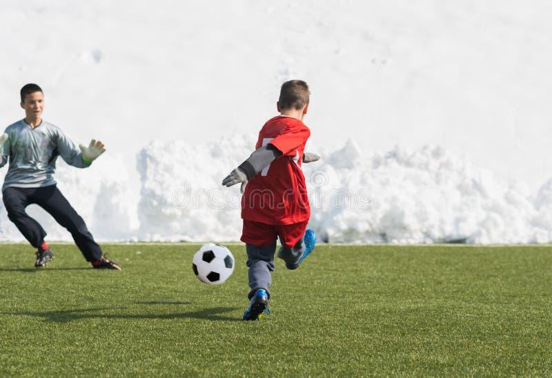 Badine le tournoi du football du football - les joueurs d'enfants sont assortis sur le socc photo libre de droits