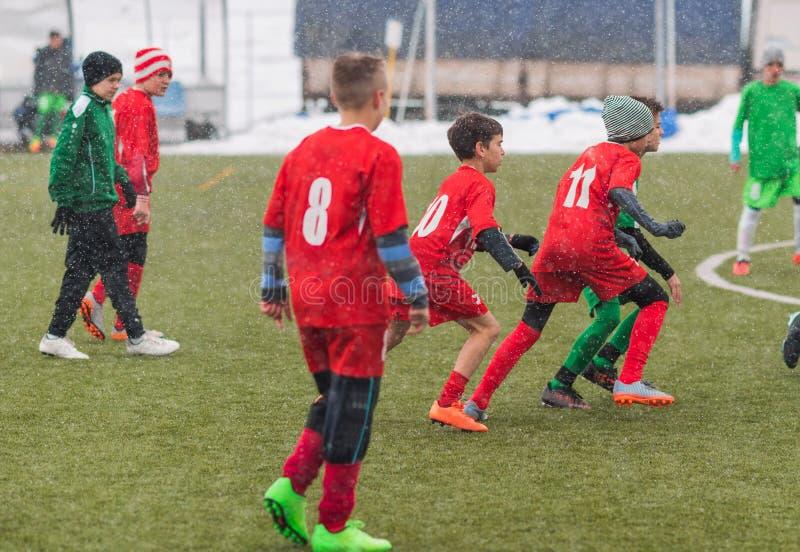 Badine le tournoi du football du football - les joueurs d'enfants sont assortis sur le socc image libre de droits