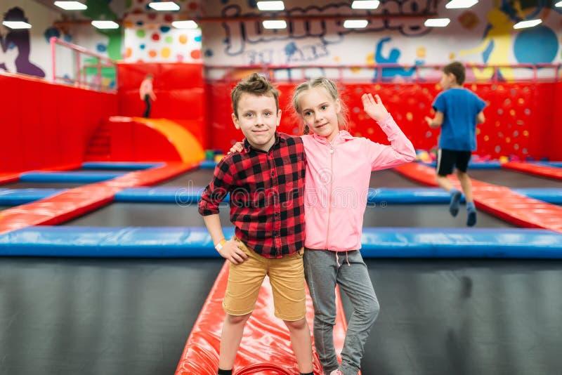 Badine les loisirs, enfants sur les attractions gonflables images stock