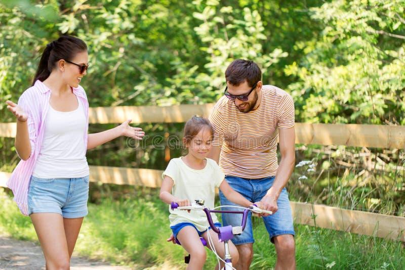 Badinez avec des brevets apprenant à monter la bicyclette en parc photo libre de droits