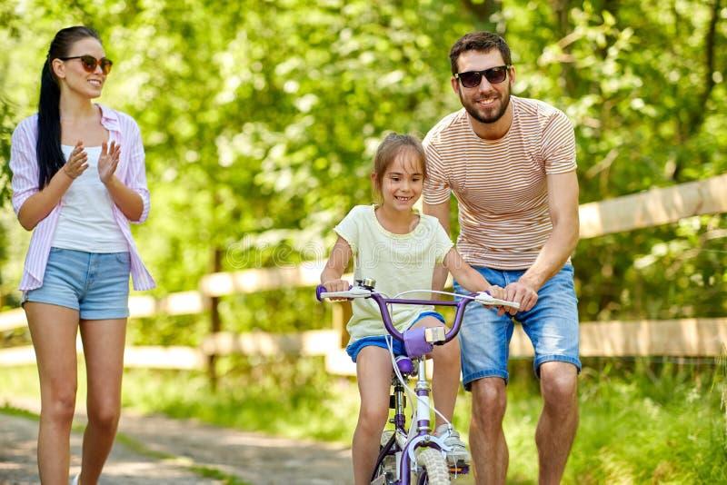 Badinez avec des brevets apprenant à monter la bicyclette en parc photos stock