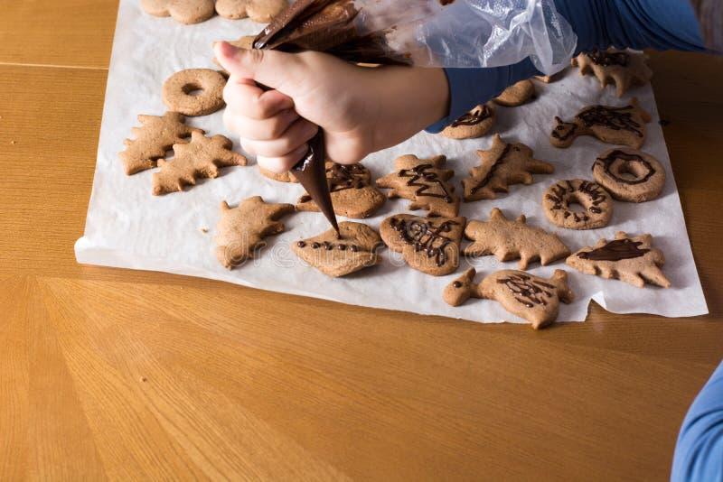 Badinez composer la décoration sur la fin de biscuit de pain d'épice Esprit de cuisson photo libre de droits