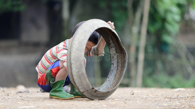 Badinez jouer avec le vieux pneu en vallée de PA de SA images stock