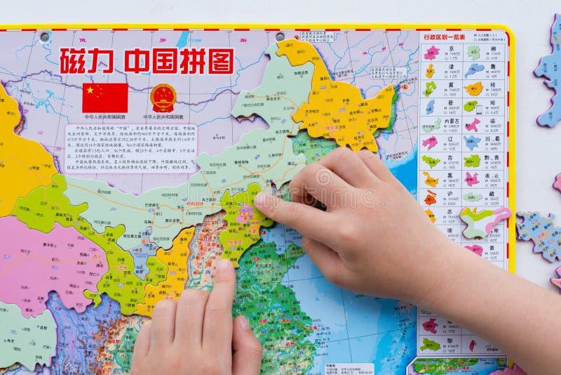 Badinez jouer la carte de puzzle de la Chine et mettre Pékin dans la position correcte photo libre de droits