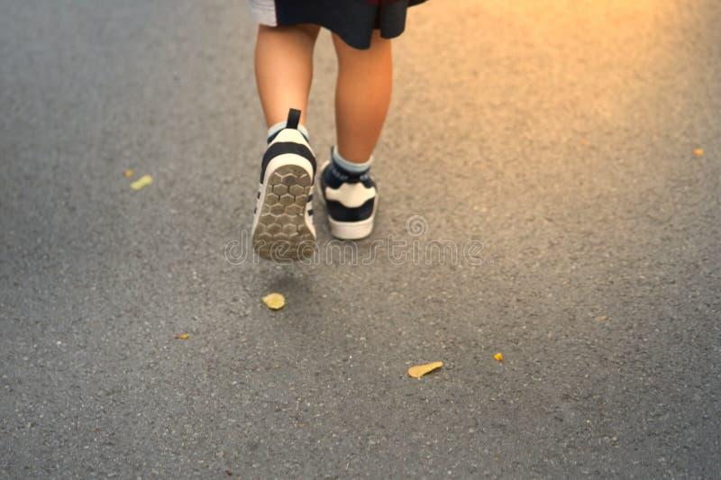 Badinez la marche en avant pour exposer au soleil la fusée sur la route avec les feuilles sèches de chute images libres de droits