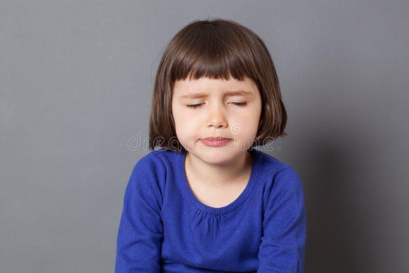 Badinez le concept d'attitude pour bouder le vieil enfant de quatre ans photographie stock libre de droits
