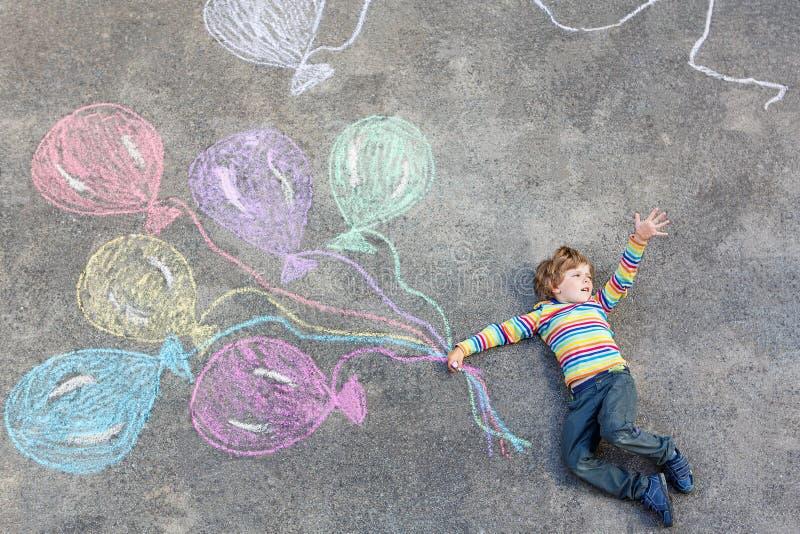 Badinez le garçon ayant l'amusement avec les ballons colorés dessinant avec des craies illustration de vecteur