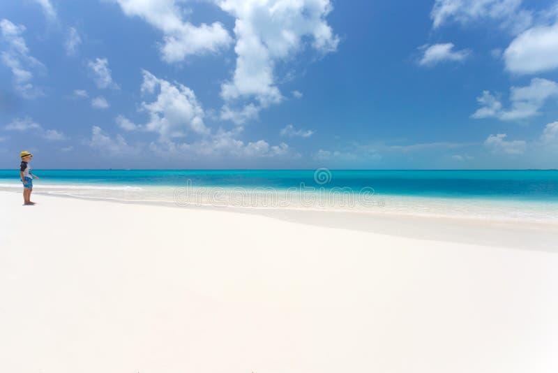 Badinez le garçon regardant la mer sur la plage tropicale photographie stock libre de droits