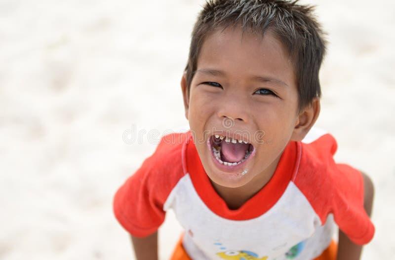 Badinez les cris et le sourire avec les dents ouvertes de bouche et de sucre photo stock