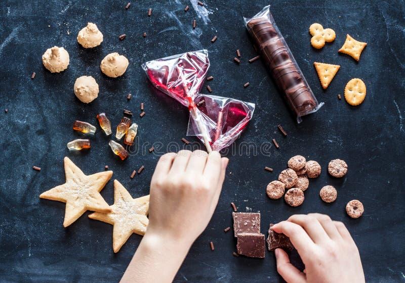 Badinez les mains atteignant pour des bonbons - rêve heureux d'enfance photos stock