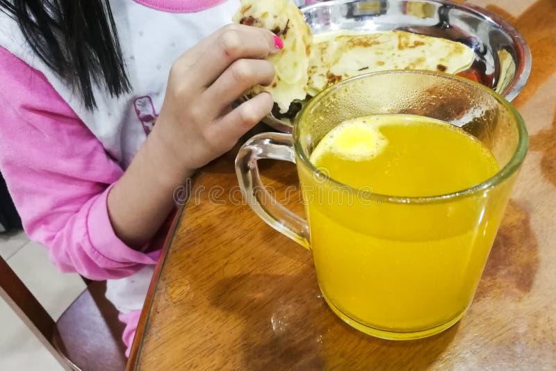 Badinez prendre le petit déjeuner avec le verre du comprimé effervescent de vitamine C photos stock